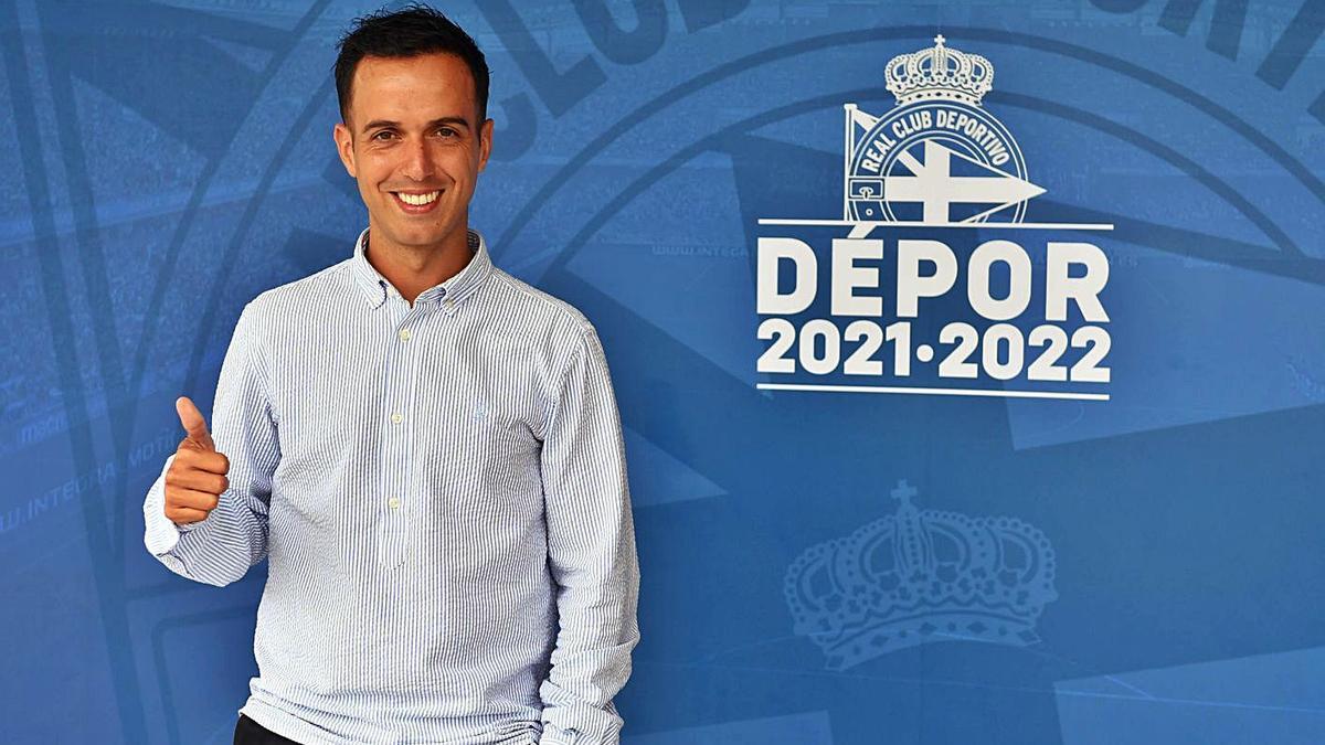 Borja Jiménez, nuevo entrenador del Deportivo, posa al lado del escudo del club.    // VÍCTOR ECHAVE