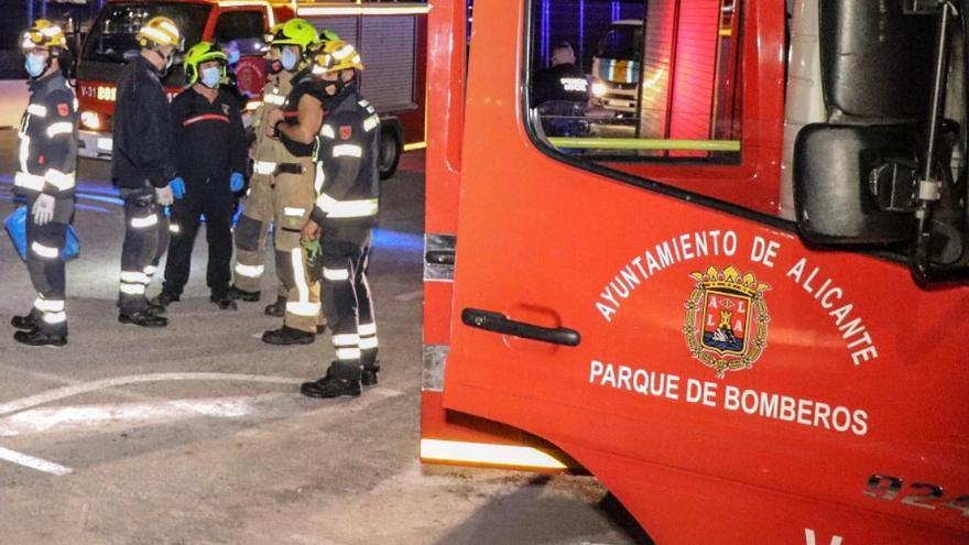 Rescatado un hombre que dormía mientras se quemaba su casa en Alicante