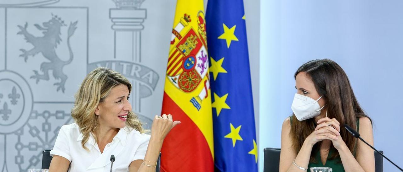 La vicepresidenta tercera, Yolanda Díaz, y la ministra de Derechos Sociales y Agenda 2030, Ione Belarra.