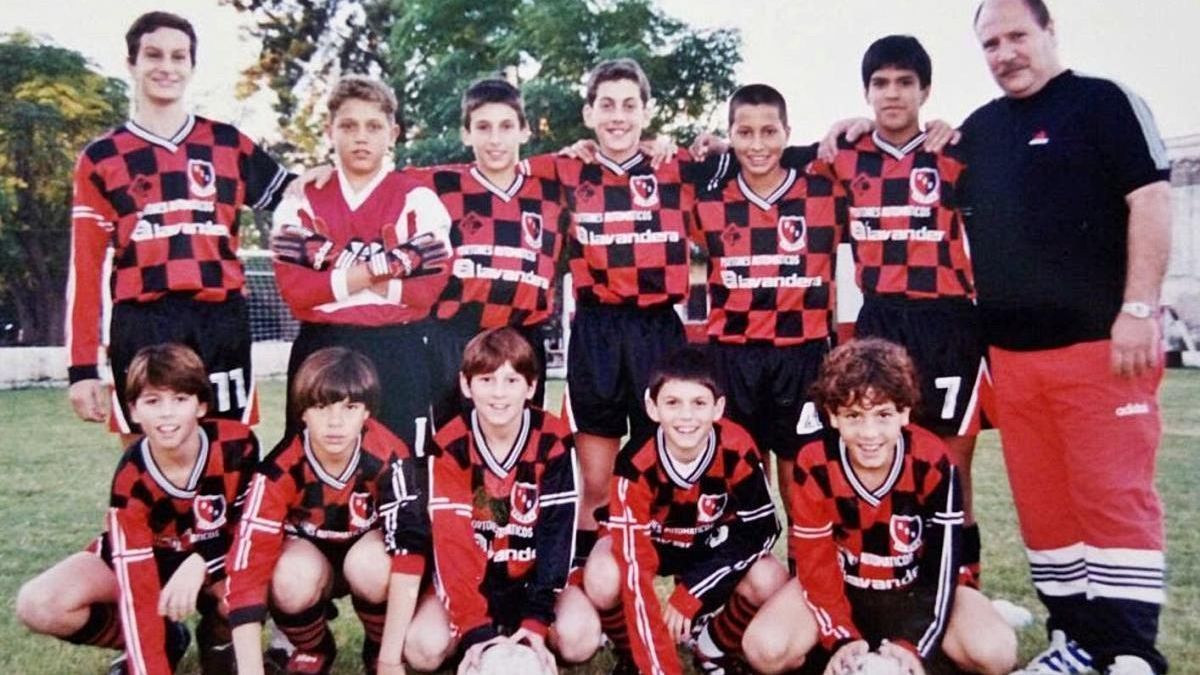 Messi, el tercer de baix amb una pilota a les mans, amb Milanesio a la seva esquerra