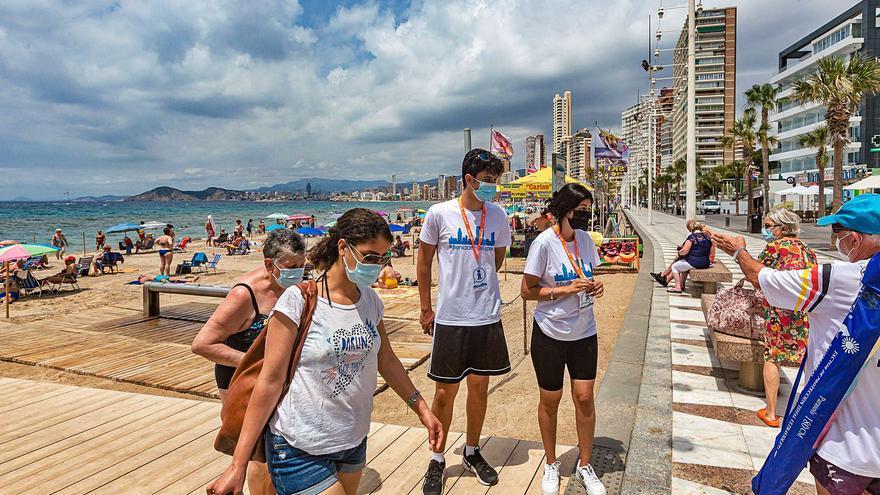 Benidorm es el primer destino en incorporar a sus playas a los 58 jóvenes del «Estiu Segur»