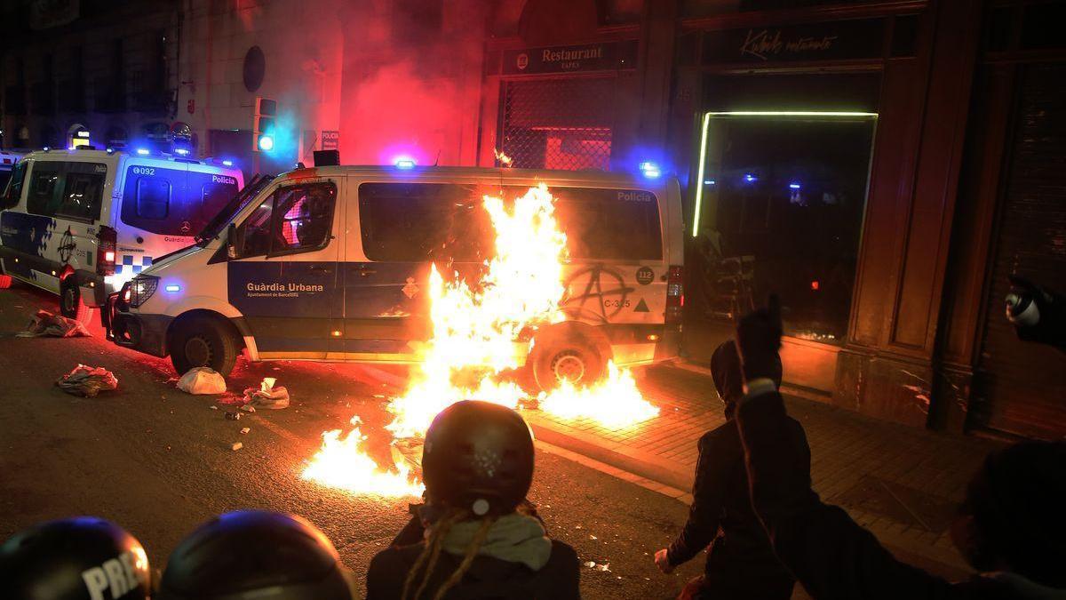 Una prueba desmonta la acusación contra la detenida por quemar una furgoneta policial