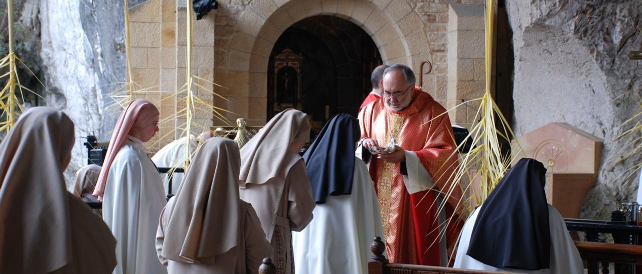 El Arzobispo, Jesús Sanz Montes, oficiando la misa de Ramos el pasado año en la Santa Cueva de Covadonga.