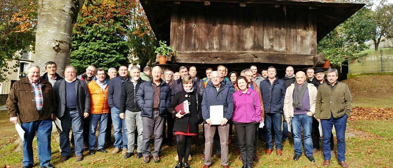 Foto de familia de los vecinos de los 16 ayuntamientos de Asturias y Galicia que se unieron para promover la Gran Senda del Navia. | LNE