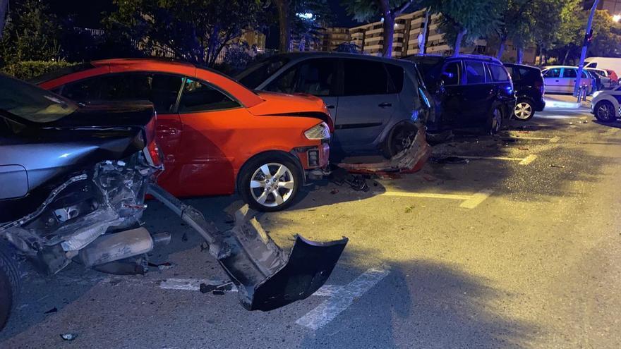 Un conductor huye tras chocar con su coche contra seis vehículos aparcados en Alicante