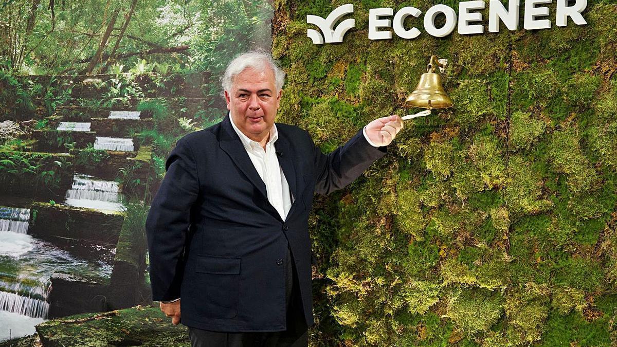 El fundador de Ecoener, Luis de Valdivia, ayer en el tradicional toque de campana en la Bolsa.     // L.O.