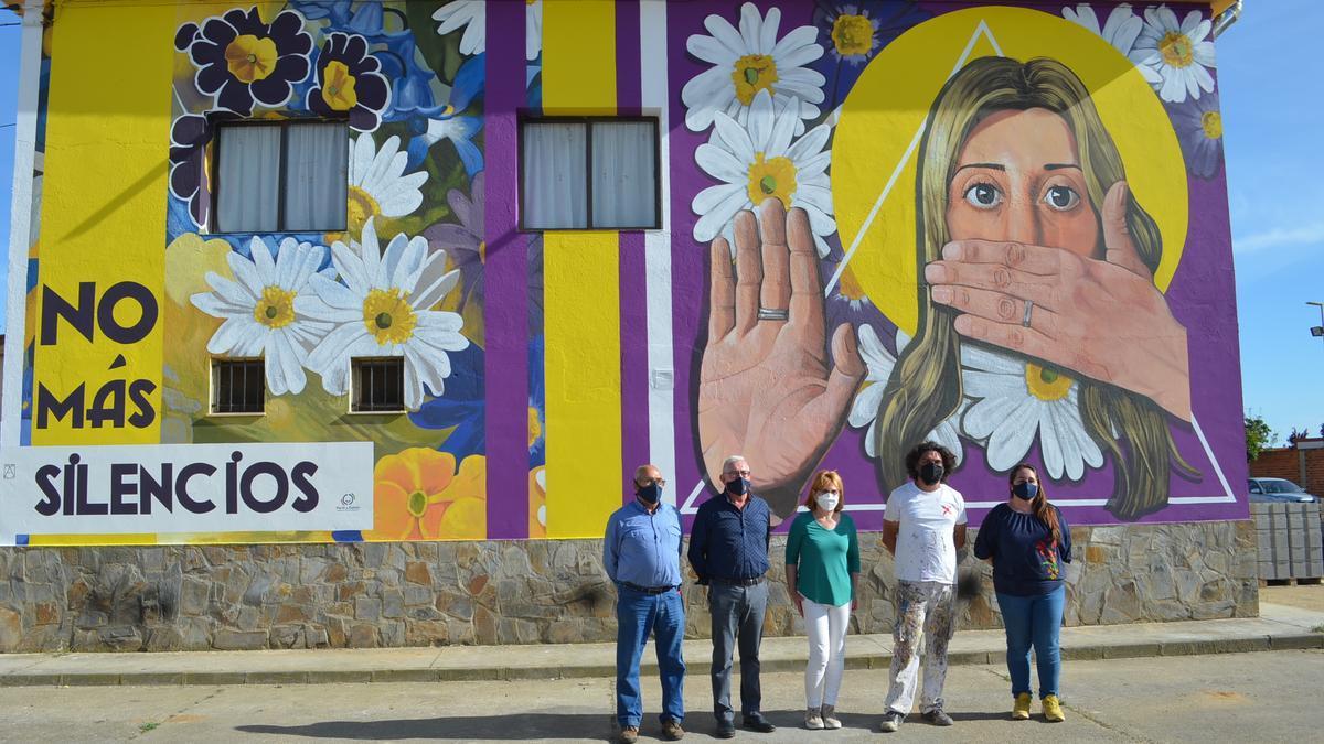 El artista, junto al alcalde y concejales del Ayuntamiento de Santa Cristina, junto al mural recién terminado. / E. P.