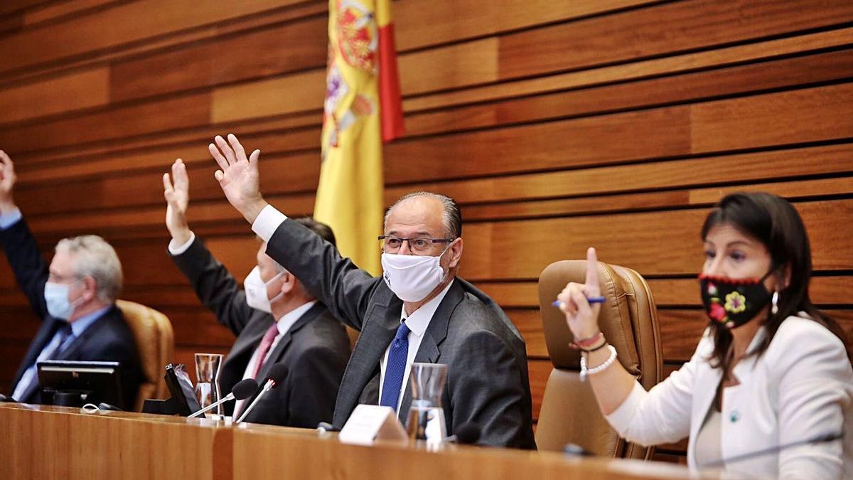 Integrantes de la Mesa de Las Cortes durante una de las votaciones de ayer. | Ical