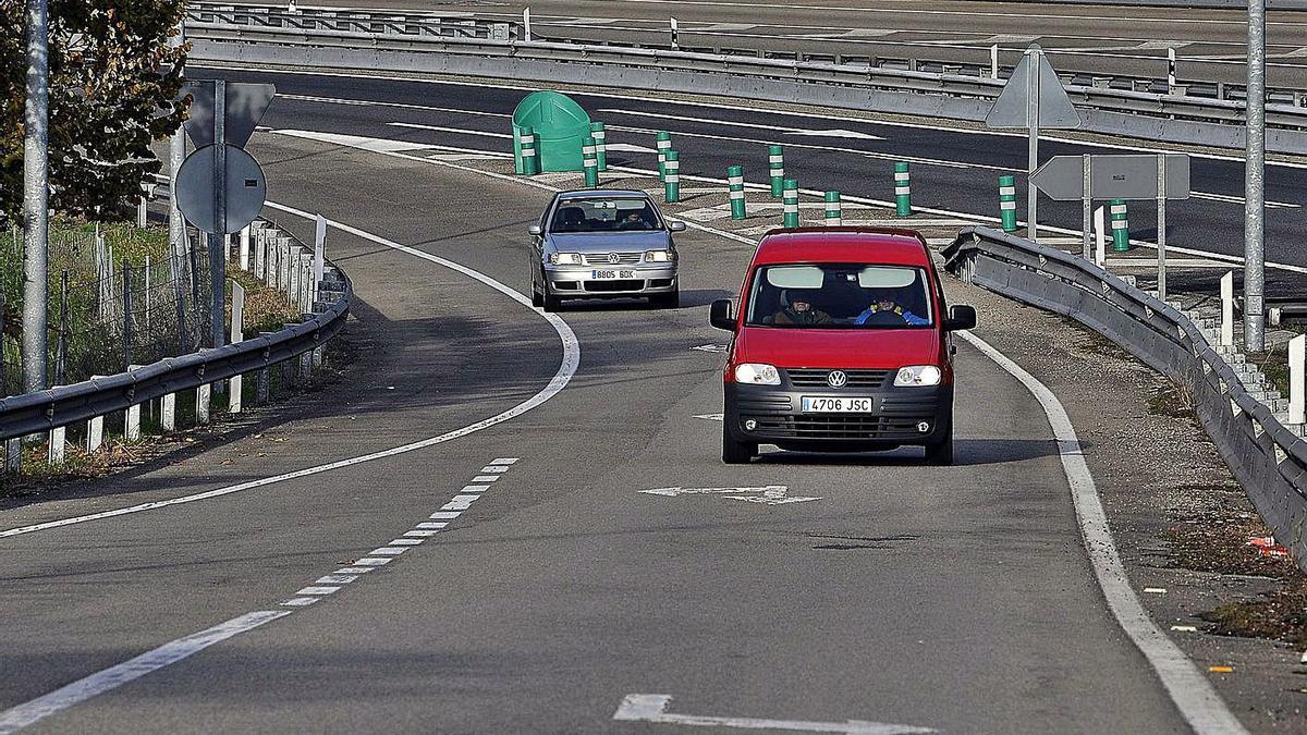 El tramo de la autopista en el que se produjo el accidente. En el recuadro, estado en el que quedó uno de los vehículos contra los que colisionó el kamikaze.