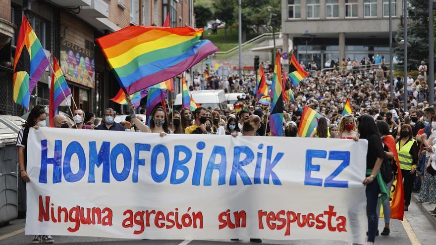 Cintos de personas condenan en Basauri una agresión homófoba a un joven de 23 años