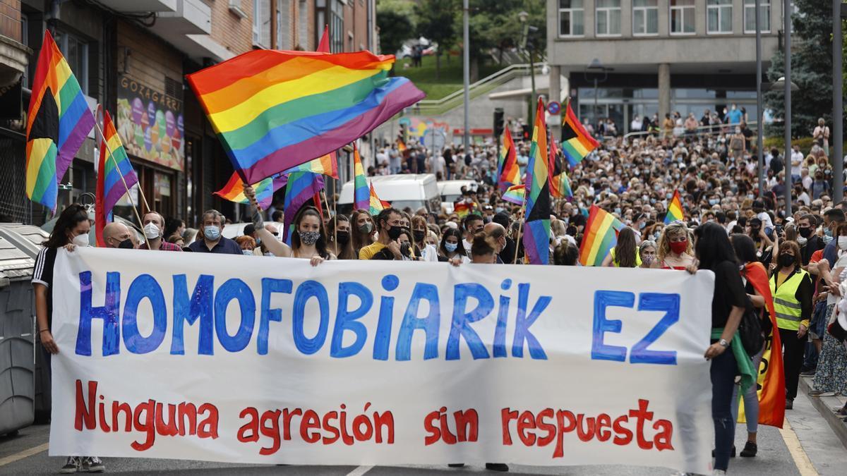 Unas 2.000 personas recorren las calles de Basauri para denunciar la agresión homófoba a Ekain.