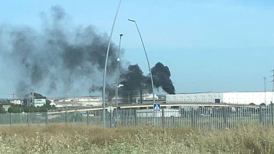 Los bomberos apagan un incendio en el Centro de Convenciones del Parque Joyero