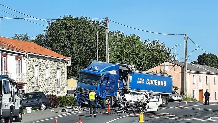 Un conductor fallece en un choque frontolateral en O Carballo
