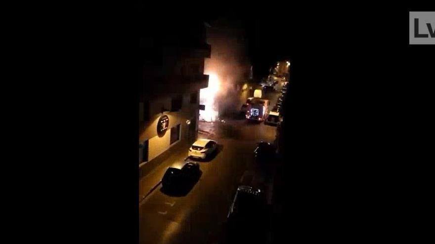 Un incendio en Sagunt arrasa con varios coches y contenedores
