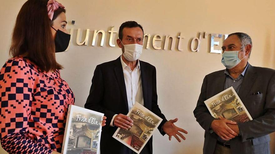 Marga Antón, Carlos González y Gaspar Maciá con la revista que dedica la portada al Gran Teatro. | ANTONIO AMORÓS