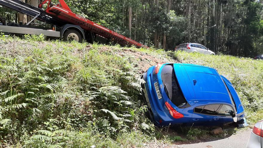 Ileso un conductor que cayó por un terraplén en Beluso