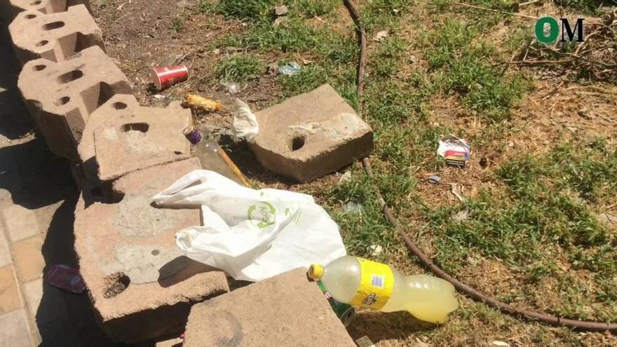 La basura se extiende por el Recinto Ferial
