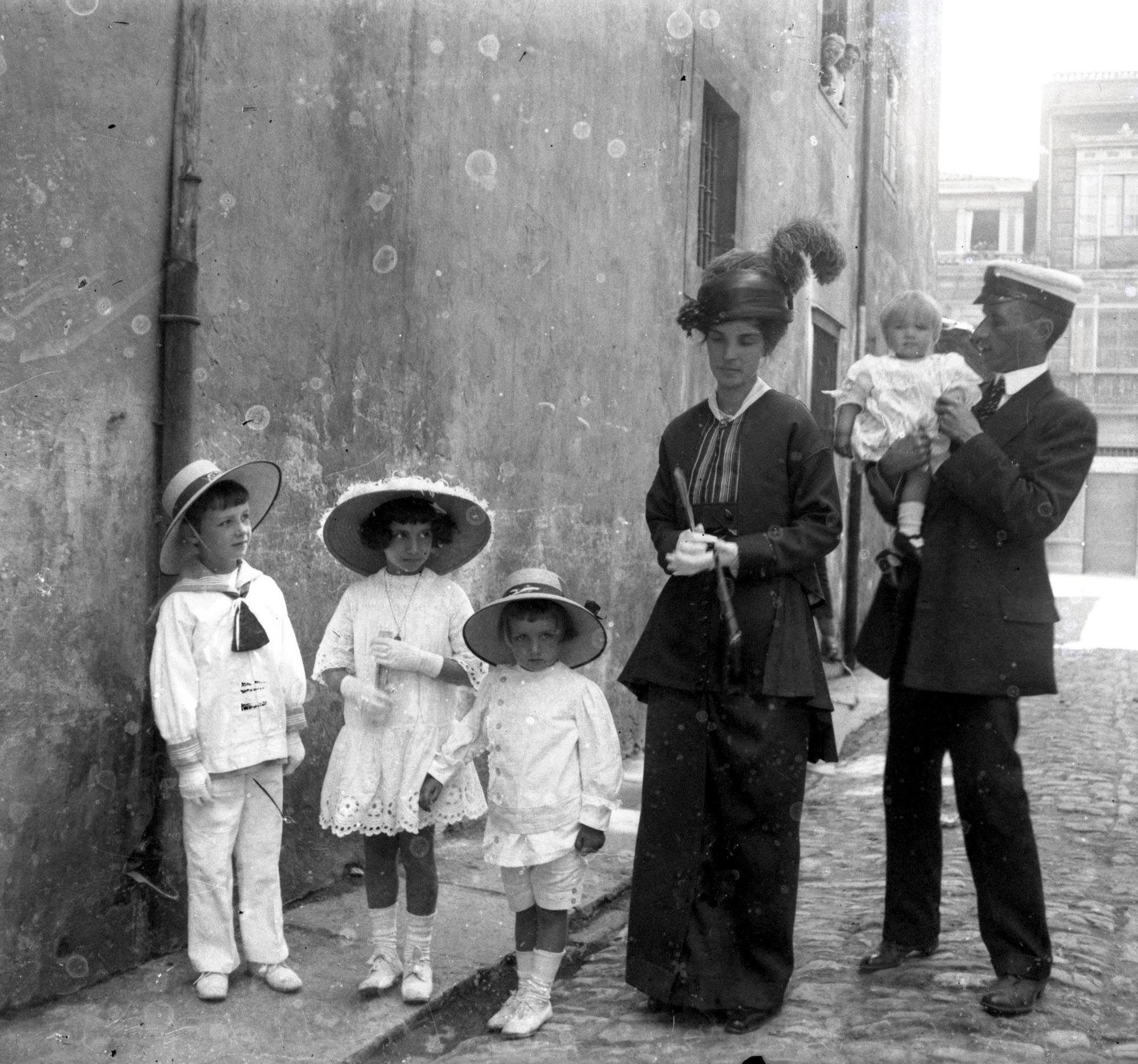 Justo del Castillo y Quintana, Retrato de su hijo, Juan y nuera, Antela Bertrand con sus hijos en Cimadevilla, h. 1914.jpg