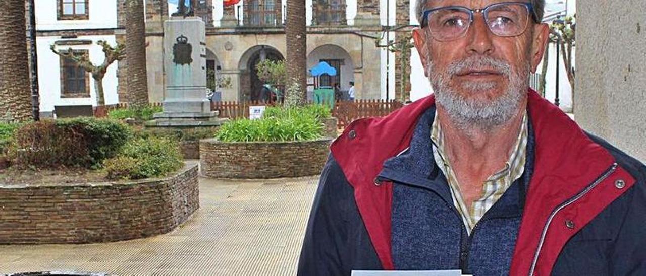 Antonio Cuervas-Mons, con su libro sobre Tapia.   T. Cascudo