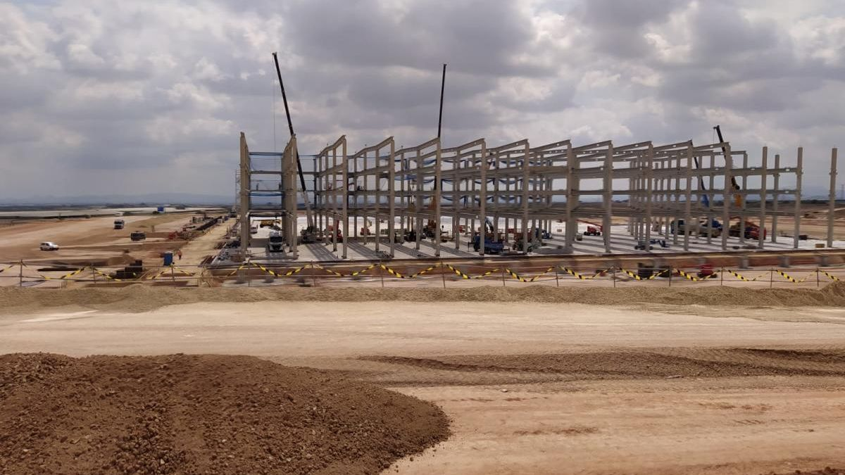 Las obras de la nueva nave de Amazon en el polígono próximo al aeropuerto de Corvera.