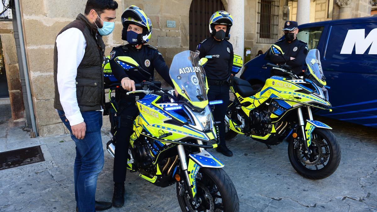 El edil (izquierda), junto a las nuevas motos, agentes y el inspector (derecha).