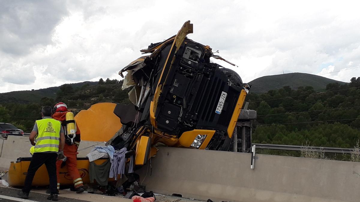 Un camión cisterna choca con la mediana y vuelca en la A-3