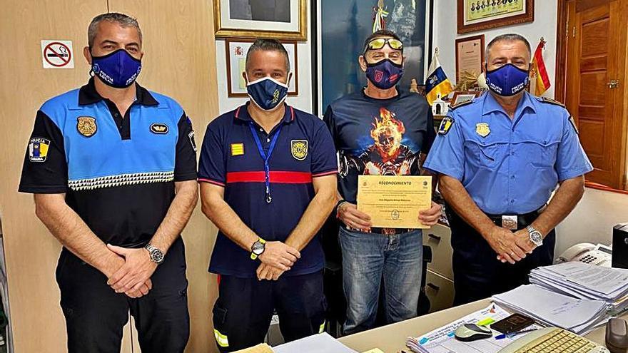 La Policía Local capitalina homenajea a Olegario Armas, exjefe de Bomberos