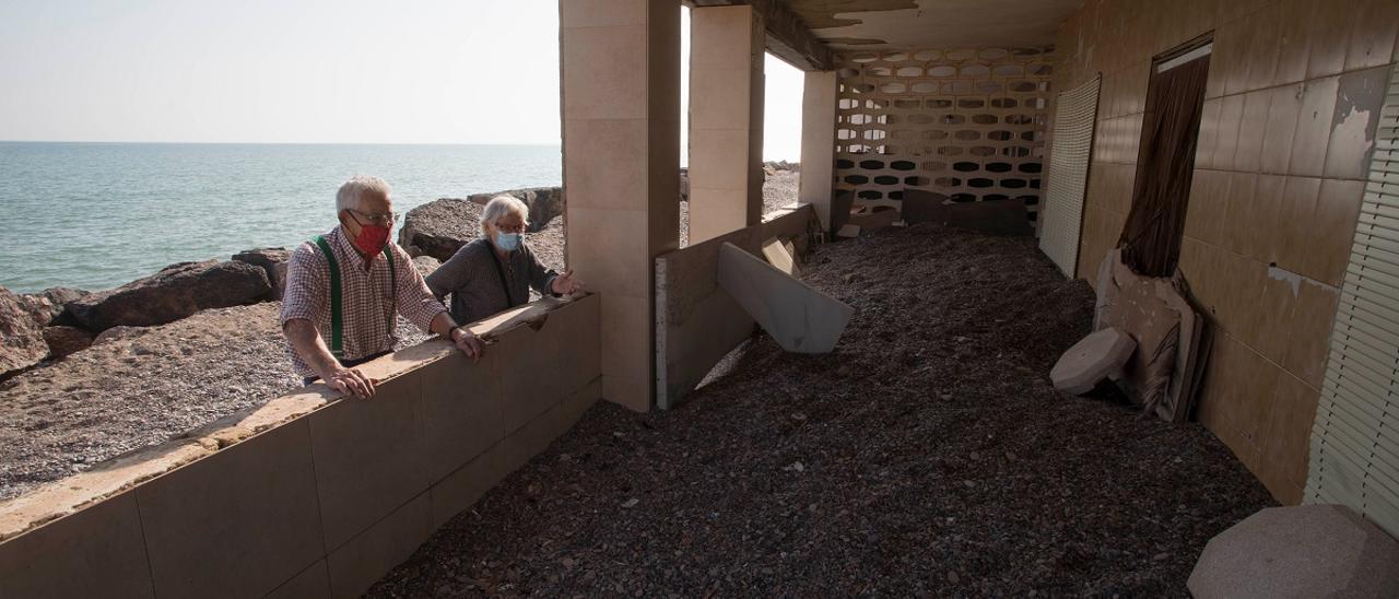 Paco Latorre y Ángeles García-Nadal,  hace unos días, frente a una de las casitas de veraneo  en Cases de Queralt,  en Sagunt.  Daniel Tortajada