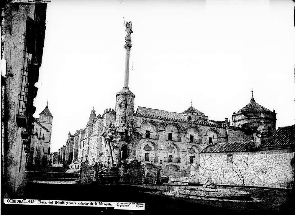 419 C�rdoba plaza del Triunfo y vista exterior de la Mezquita.jpg
