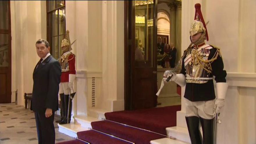 Sánchez viaja a Londres en plena tensión entre dirigentes