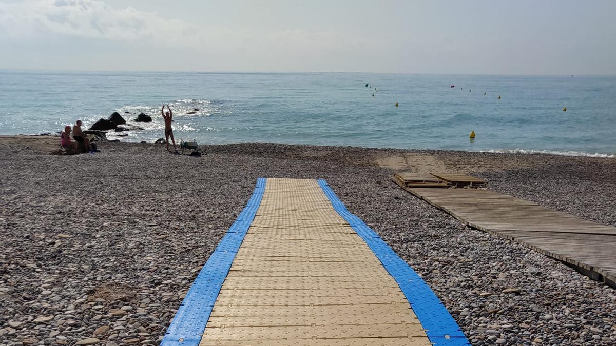 Esta es la nueva pasarela para personas con movilidad reducida en la playa Les Marines de Nules.