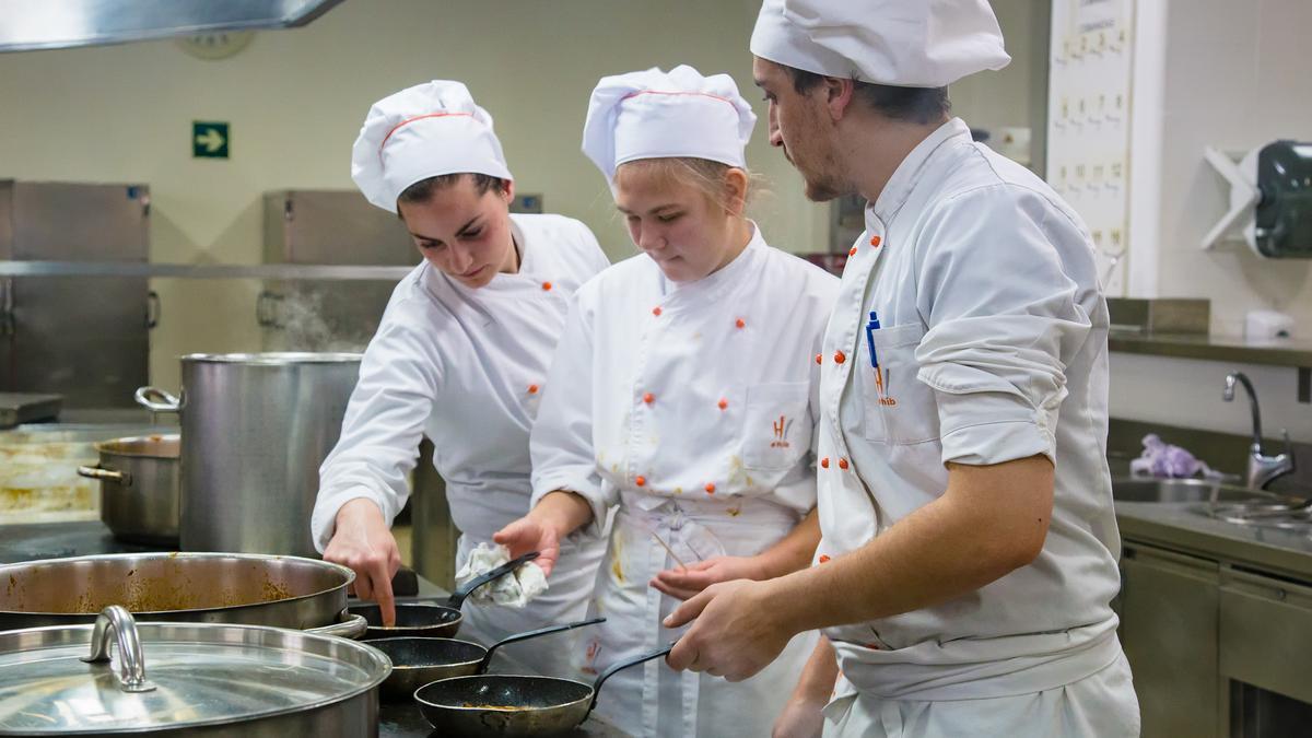 Alumnos en una clase práctica de cocina en la EHIB.