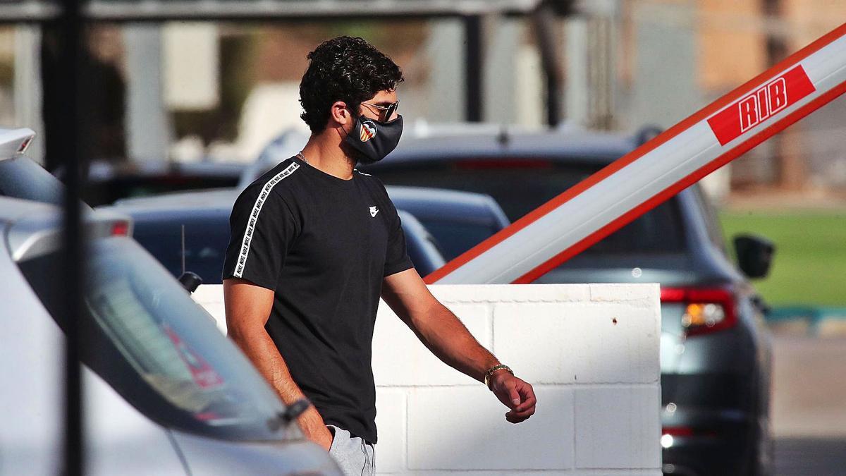 Guedes, en la Ciudad Deportiva del Valencia CF en el primer día de la pretemporada.  | F. CALABUIG