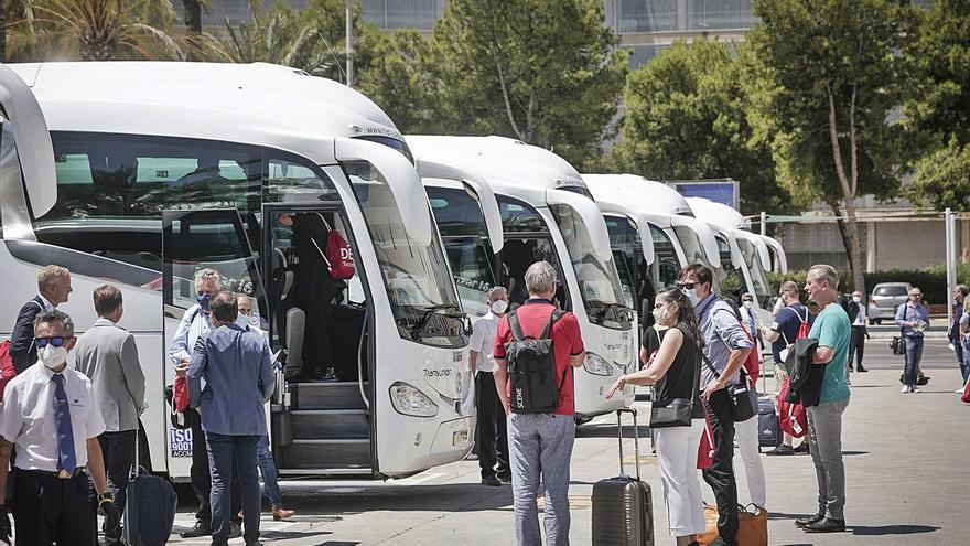 La congelación de salarios en el transporte turístico divide a los sindicatos