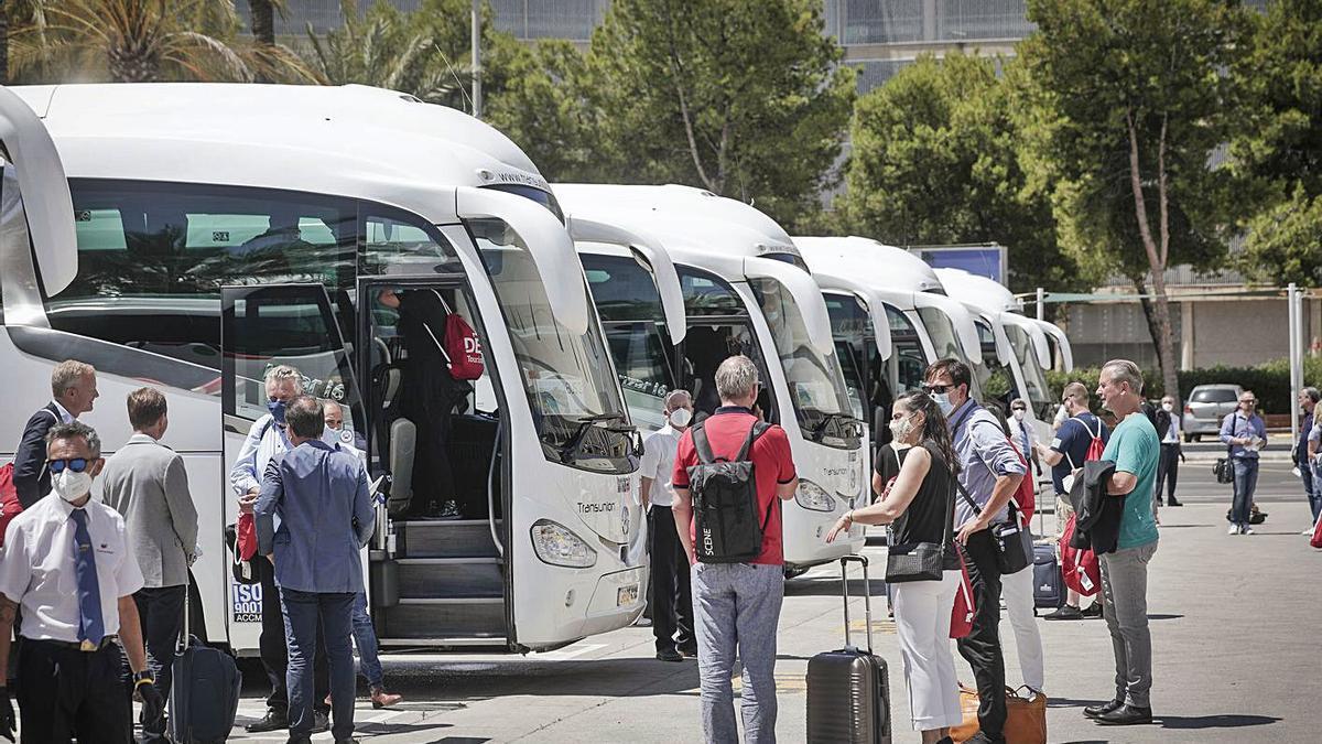 La patronal del transporte turístico ya ha pedido aplazar la mejora salarial de 2021.   M. MIELNIEZUK