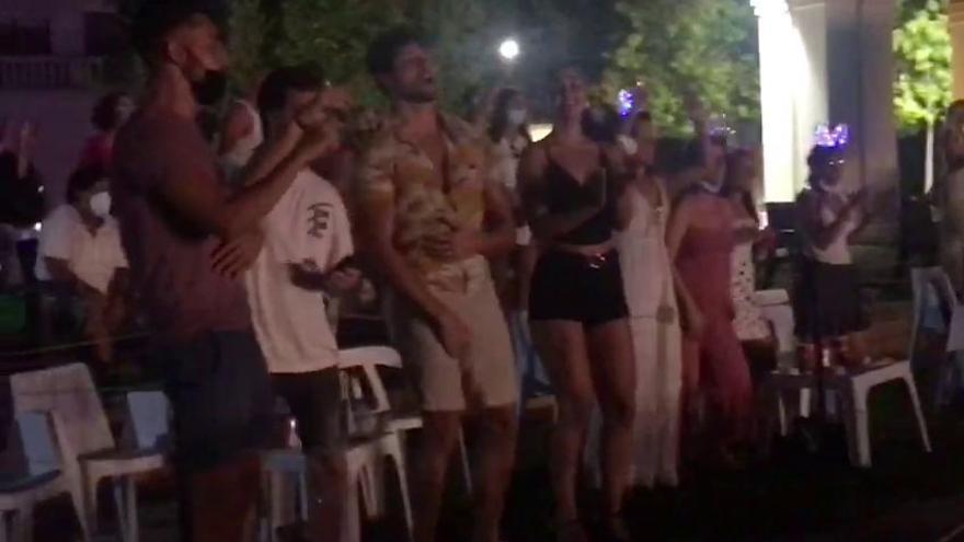 Mucha nostalgia y poca mascarilla en el concierto de Camela en Benidorm
