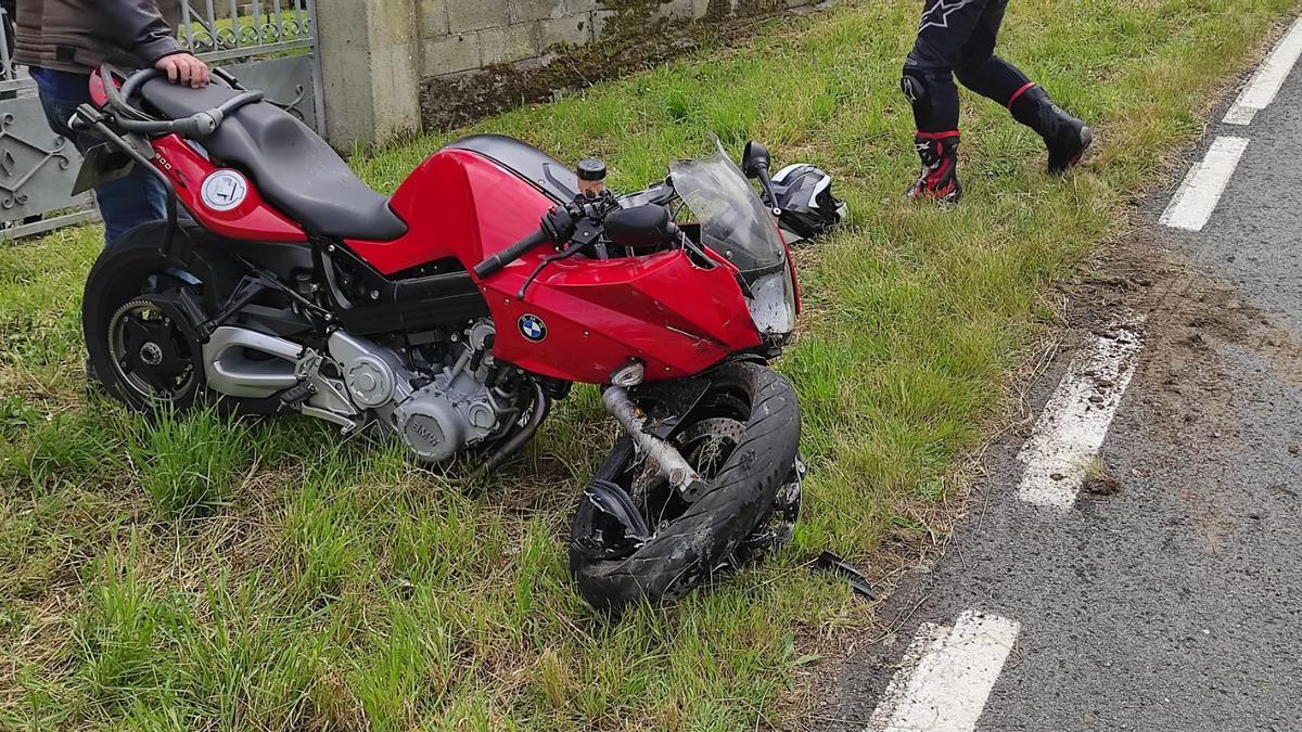 Una de las dos motos accientadas en Vinseira Pequena, en Culleredo.