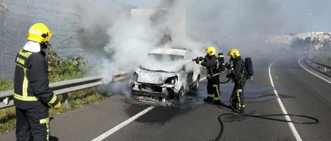 Dos bomberos del Consorcio de Emergencias sofocan un incendio.