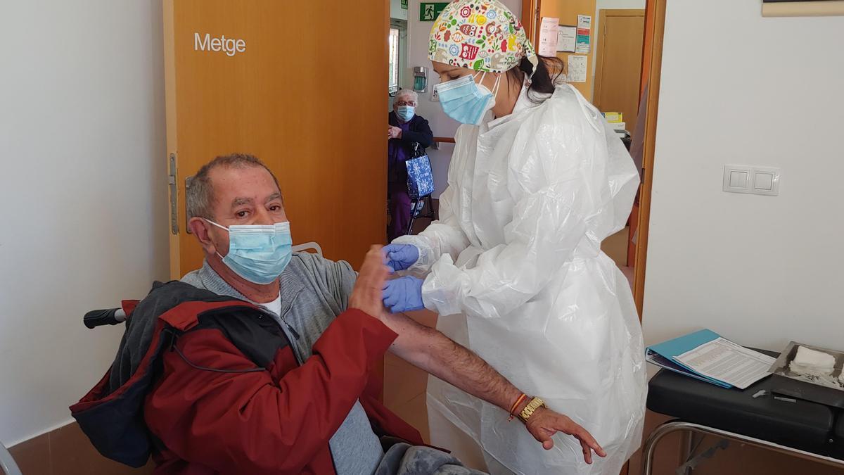 Imagen del proceso de vacunación en la Ribera.