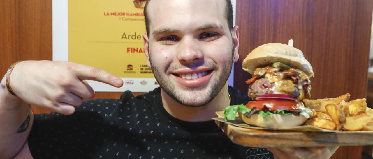 Alejandro González, con una hamburguesa en Gijón | Marcos León