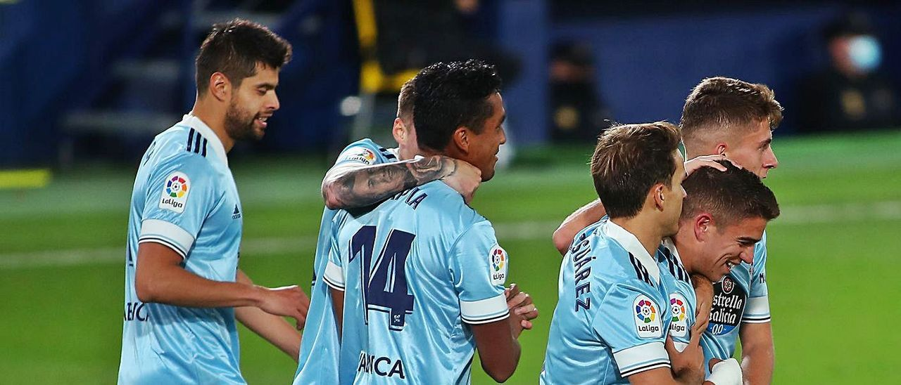 Denis Suárez y José Fontán felicitan a Sergio Carreira tras su gol al  Levante.    // LOF