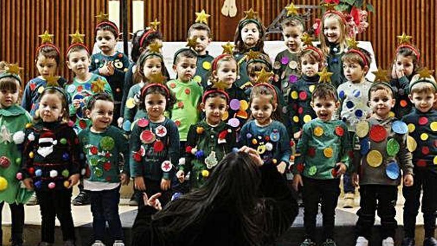 Niños en el festival de Nuestra Señora del Rocío, donde se han recogido juguetes.