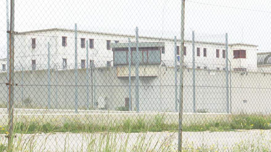 Una cadena humana de reclusos lleva 'bañeras' de agua a las cocinas y las celdas
