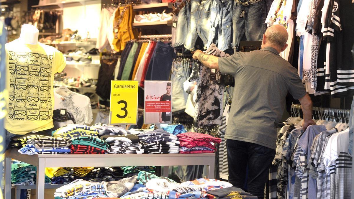 Un cliente, en un establecimiento de moda en A Coruña.