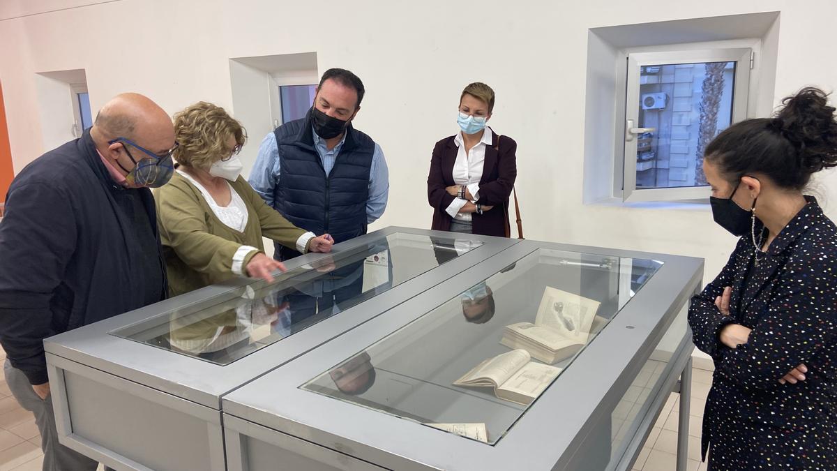 Un momento de la inauguración de la exposición 'Mirando atrás: publicaciones de otra época'.