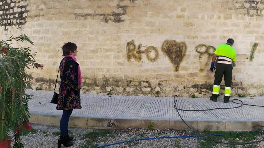 Sant Joan pone en marcha una campaña de limpieza de pintadas en fachadas