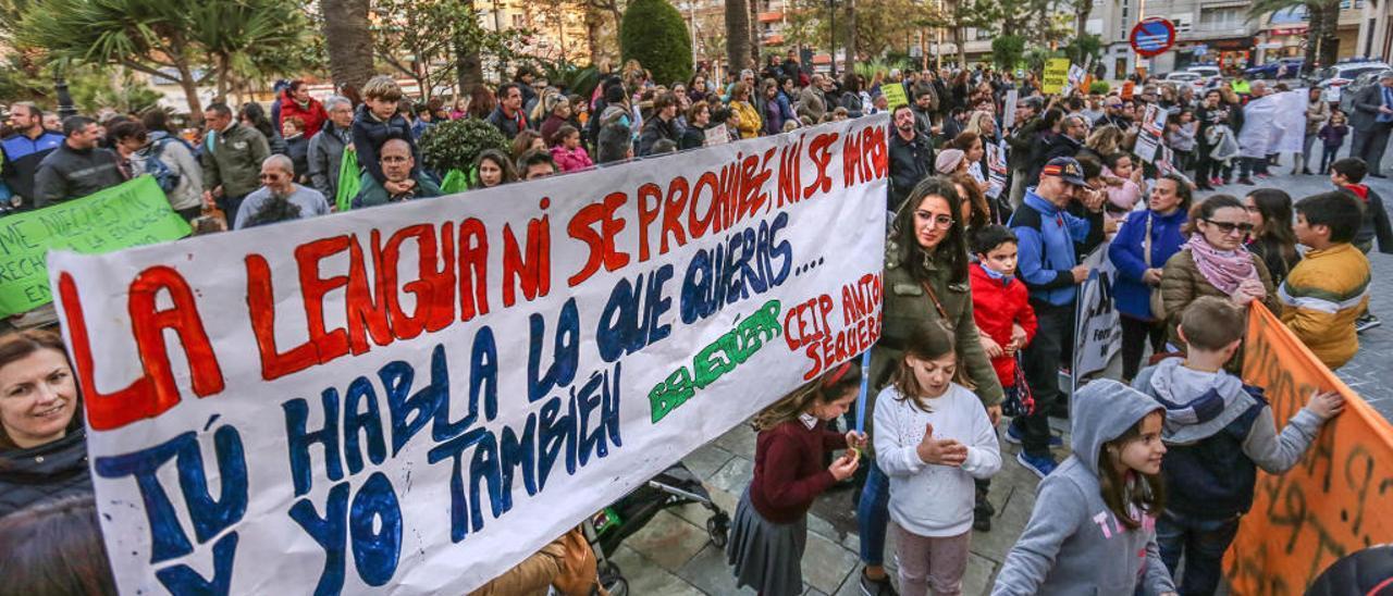 Protesta de padres contra la enseñanza en valenciano en la Vega Baja, en una imagen de archivo.
