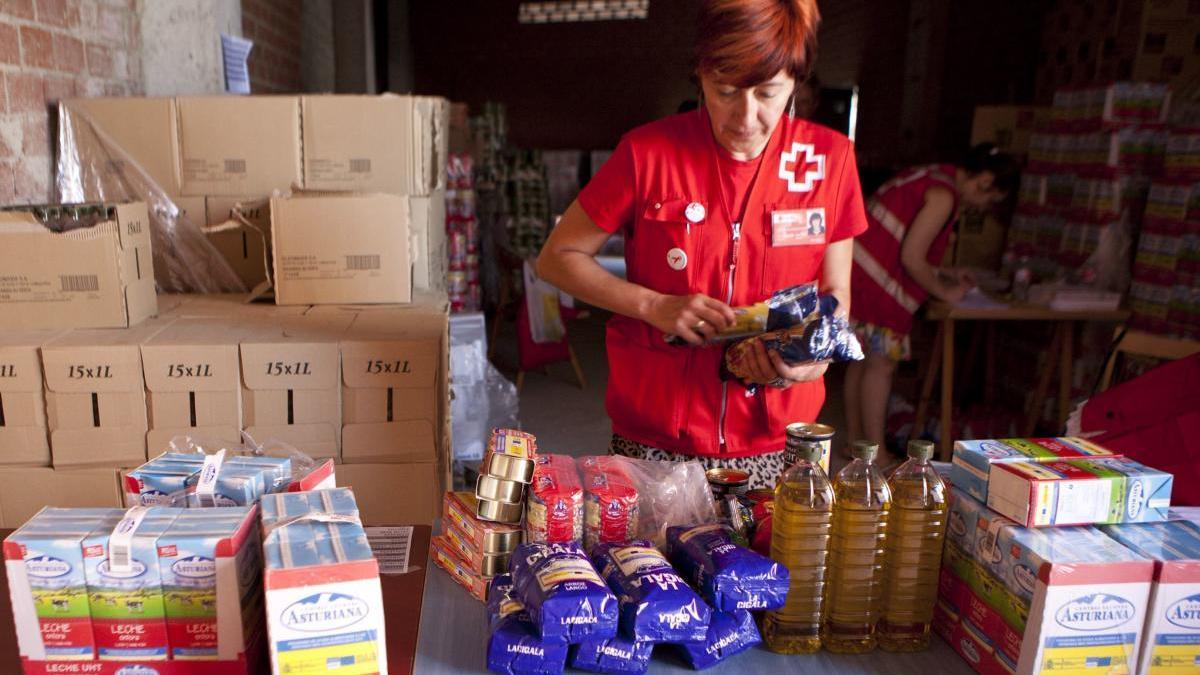Una voluntaria de Cruz Roja prepara una entrega de alimentos en una imagen de archivo.