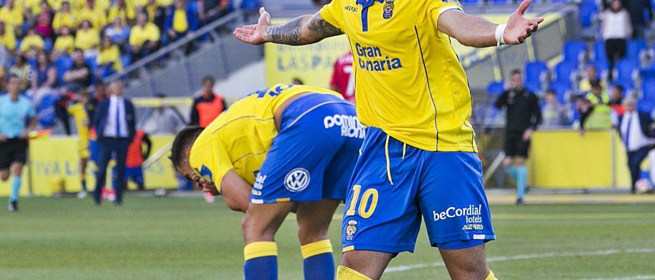 Jesé Rodríguez, en su primera etapa en la UD Las Palmas, protesta al árbitro durante el empate ante el Alavés (1-1).  | | QUIQUE CURBELO