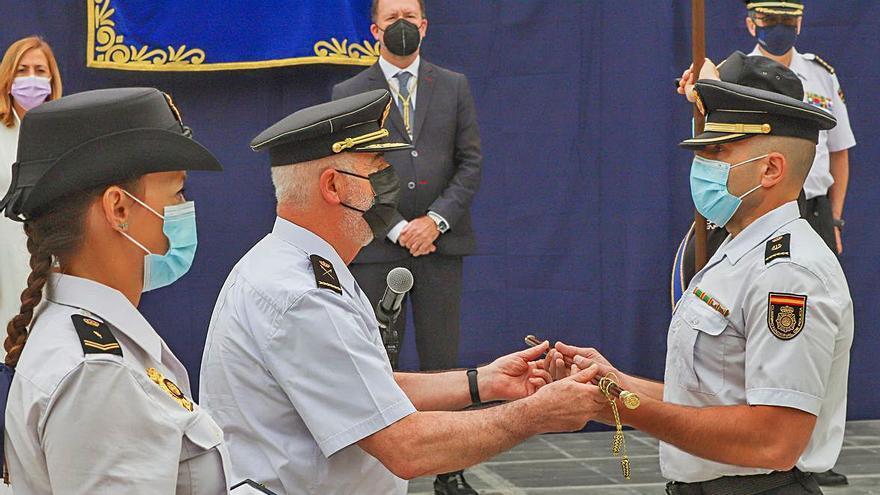 Orihuela entrega el bastón de mando de la ciudad al jefe de la Policía Nacional